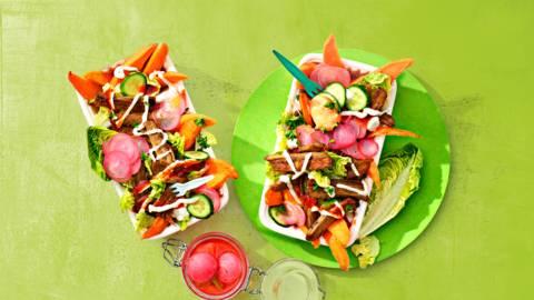 Vegetarische kapsalon met zoete aardappel, sriracha mayo en gepickelde radijs