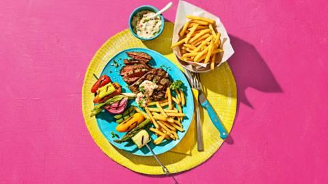 Biefstuk met gegrilde groenten spiesjes, frietjes en snelle Hollandaise mayonaise