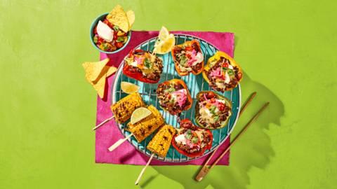 Gevulde vega paprika's met maïskolven, tomatensalsa en tacochips