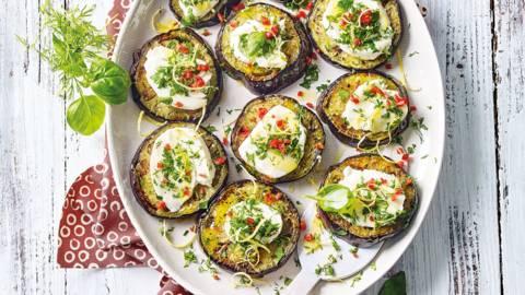 Mini auberginepizza's met mozzarella en groene kruiden