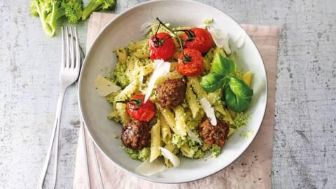 Vegetarische pasta met broccolipesto en geroosterde tomaatjes