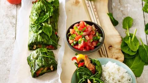 Spinazierol uit de oven gevuld met pittige kipfilet en paprika