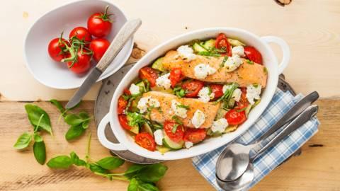 Zalm uit de oven met tomaten, courgette en geitenkaas