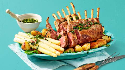 Lamsrack met asperges, geroosterde aardappeltjes, muntpesto en sjalottenjus