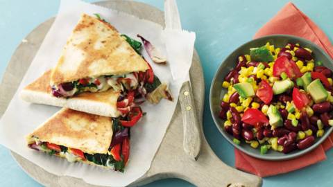 Paprika-quesadillas met kidneybonensalade