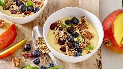 Mango smoothie bowl met granen en blauwe bessen