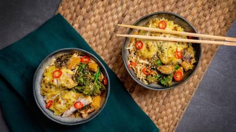Oosterse noedels met gele curry en roodbaars
