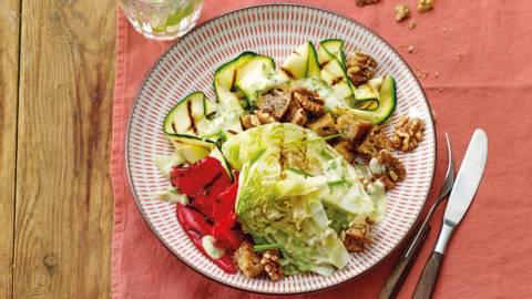 Salade van gegrilde groenten en ijsbergsla