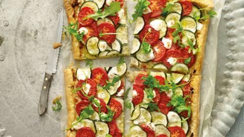 Plaattaart van tomaat, courgette en geitenkaas