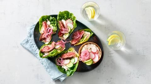 Sla wraps met biefstuk en farmersalade, komkommer en radijs