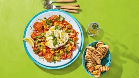 Tomatencarpaccio met basilicum, buffelmozzarella en citroen-pestodressing