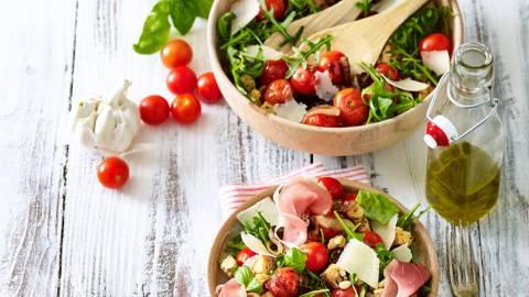 Italiaanse broodsalade met gebakken balsamico-cherrytomaten en gedroogde ham