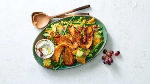 Gele curry bulgursalade met speklapjes en yoghurtmuntdressing