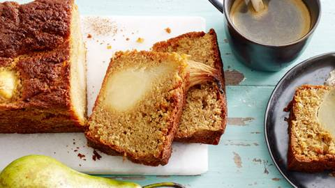 Luchtige cake van koffie en peren met geklopte koffieslagroom