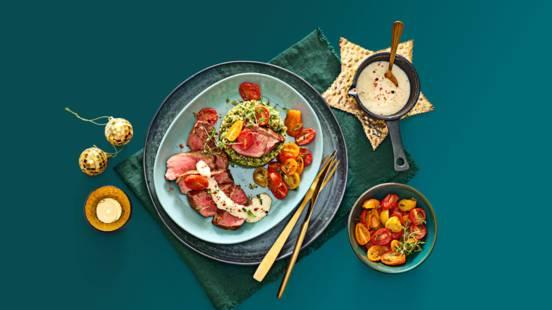 Ossenhaas met Parmezaanse kaas-roomsaus, broccolirijst en geroosterde snacktomaatjes