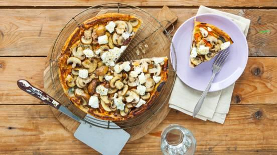 Hartige champignon-groentetaart met geitenkaas en honing