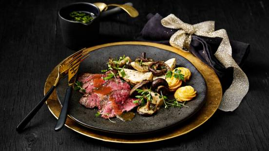Wagyu beef met gekonfijte paddenstoelenmix in huisgemaakte kruidenboterjus, geroosterde knolselderij en pommes duchesse