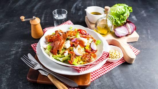 Italiaanse salade met Parmaham en mozzarella