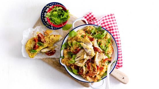 Rucolastamppot van gekruide aardappeltjes met courgette, pesto en kipfilet met zongedroogde tomaatjes