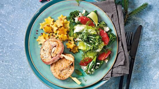 Zalmtournedos met spek, komkommersalade en aardappelsterretjes