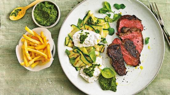 Gegrilde ossenhaas met courgette, burrata, spinazie-walnotenpesto en ovenfriet