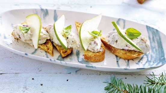 Crostini met huisgemaakte makreelsalade en peer