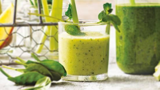 Groene smoothie met ananas, munt, yoghurt en avocado