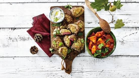 Lamskotelet met notenkruidenkorstje met Arabische groentestoof van bio pompoen, wortel, ui, tomaat en yoghurt munt-saus.