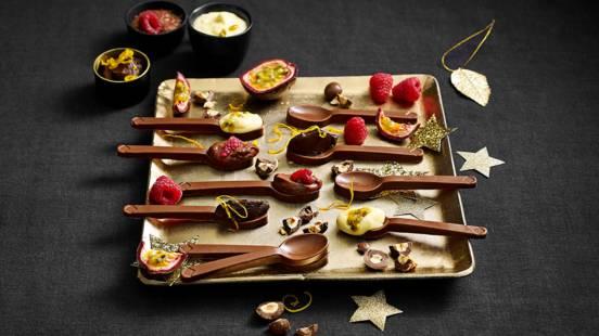 Chocoladelepeltjes gevuld met drie kleuren chocolade ganache