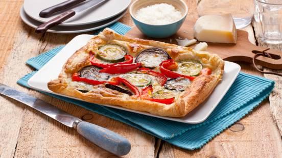 Pizza van bladerdeeg met gegrilde groentes