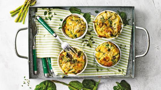 Mini soufflés uit de oven met spinazie, aspergetips en bospaddestoelenkaas
