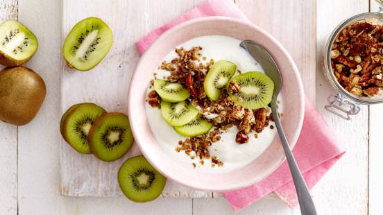 Yoghurtontbijt met kiwi, rozijnen en huisgemaakte noten-granola