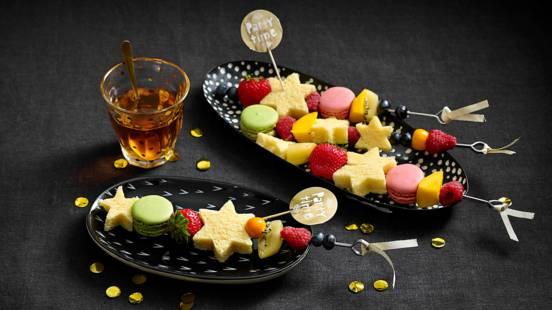 Toverstokjes met vers tropisch fruit, macarons en cake-sterren