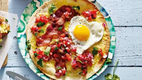 Mexicaans ontbijt: tostada met spek, ei en tomatensalsa