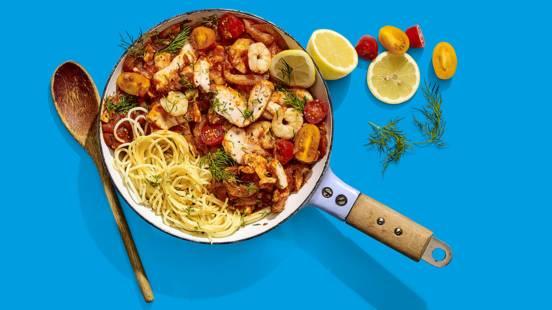 Spaghetti met zalm, garnalen, venkel en tomatensaus