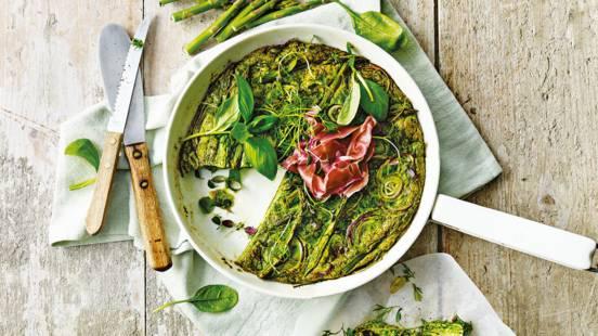 Lente-tortilla met groene groenten, verse kruiden en prosciutto di Parma