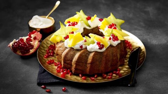 Bananenbrood met walnoten en medjoul dadels versierd met tropisch fruit