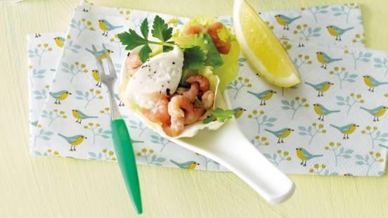 Sla-wraps met garnalen, crème fraîche, komkommer en avocado