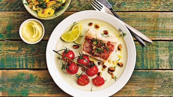 Luxe vishaasjes met amandelbotersaus, geroosterde tomaatjes en krokante aardappeltjes met dille en kappertjes
