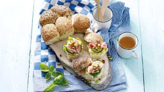Paasbreekbrood met basilicumroomkaas, abrikozenjam en Serranoham