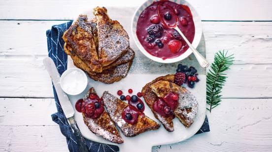 Wentelteefjes van suikerbrood met rode vruchtensaus