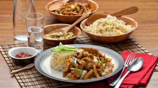 Thaise kip met cashewnoten en gebakken rijst