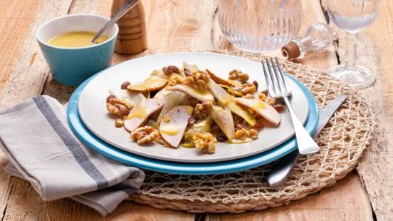 Roerbaksalade van witlof, kipfilet en walnoten met een sinaasappel mosterddressing