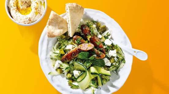 Frisse komkommersalade met chipolataworstjes, pitabroodjes en hummus