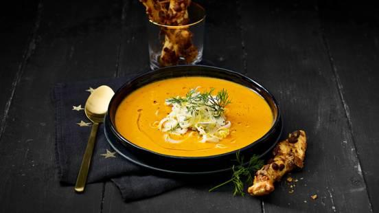 Kreeftensoep met frisse venkelsalade en zelfgebakken soepstengels met geroosterde amandelen
