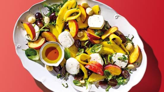 Zomerse fruitsalade met zachte geitenkaas, basilicum en munt