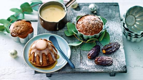 Sticky toffeetaartjes met Medjoul dadels en crème anglaise