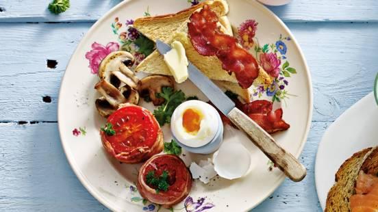 Engels ontbijt: tomaten omwonden met ontbijtspek, ei en toast