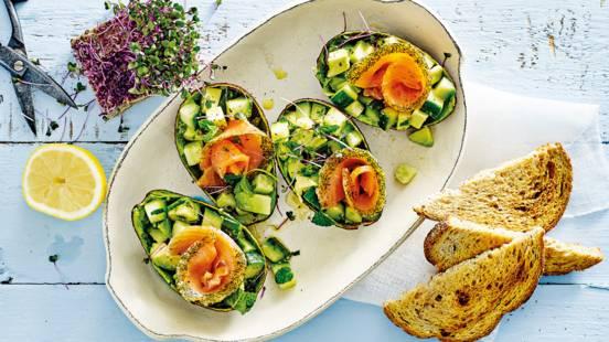 Halve avocado's gevuld met komkommer-avocadosalade, zalm en munt