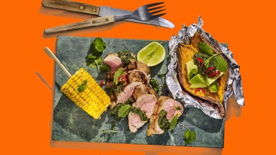 Gegrilde varkenshaas met muntpesto, gepofte zoete aardappel en een maiskolf